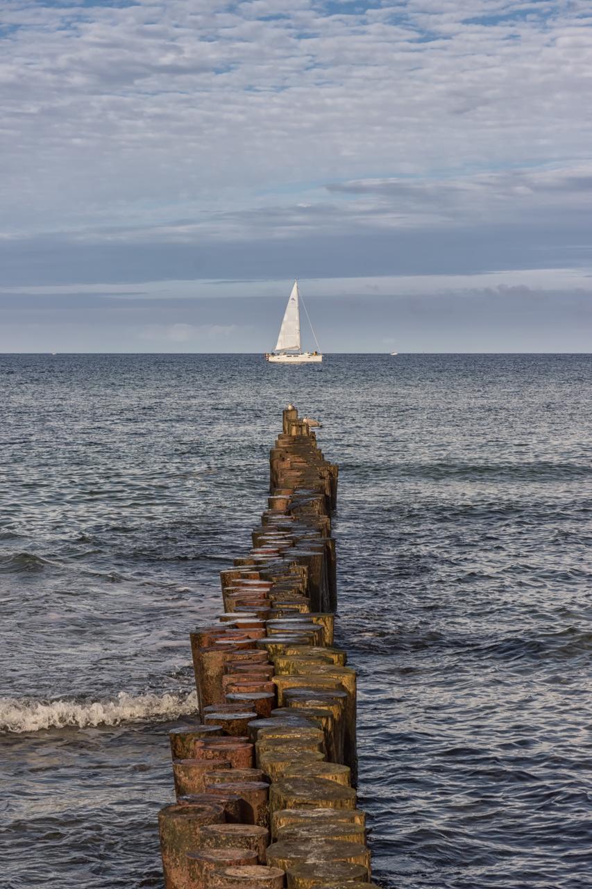 Buhnen mit Segelschiff